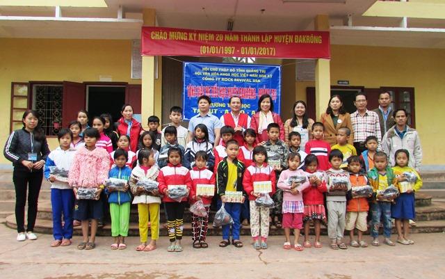 Ông Nguyễn Hà - PCT tỉnh Hội cùng đại diện nhà tài trợ trao quà tại Trường tiểu học xã Tà Rụt