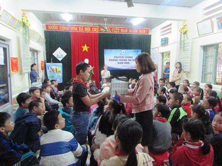 Các em học sinh háo hức tham gia trả lời câu hỏi tại buổi truyền thông
