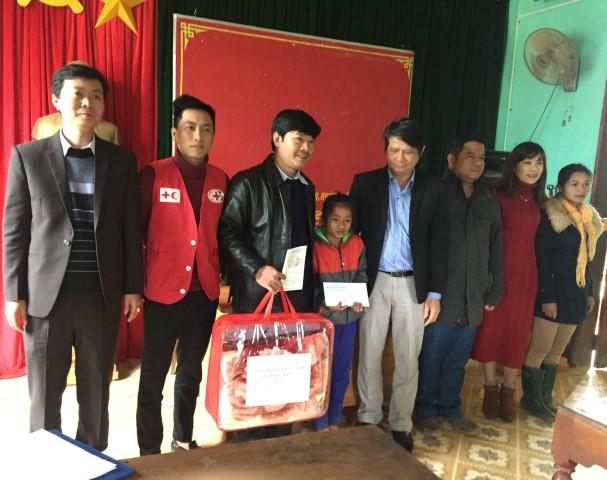 Trao tiền trợ cấp cho em Hồ Thị Linh