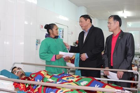 Đ/c Nguyễn Văn Hùng, UVBCH TW Đảng, Bí thư Tỉnh ủy, Chủ tịch danh dự Hội CTĐ tỉnh trao quà tết cho người nhà bệnh nhân