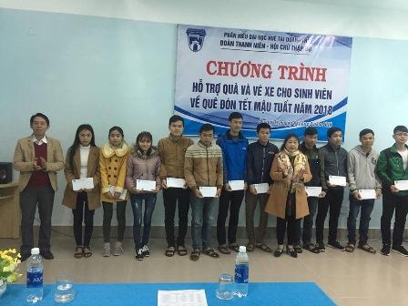 Đại diện Hội Khuyến học và Hội chữ thập đỏ tỉnh Quảng Trị các phần quà cho sinh viên Phân hiệu