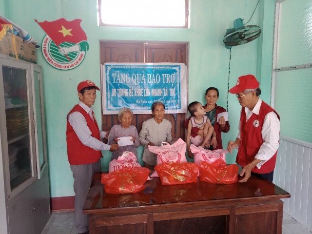Trao quà hỗ trợ cho các đối tượng neo đơn, khuyết tật tại xã Hải Xuân